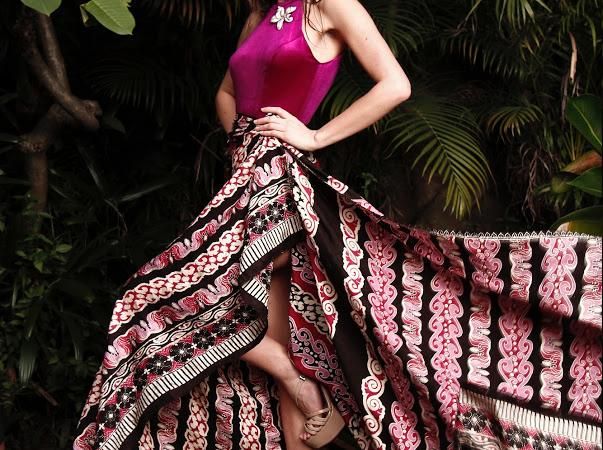 Karolina Kokesova-Miss Global 2019-Royal Court-Batik Coreta Louise-3